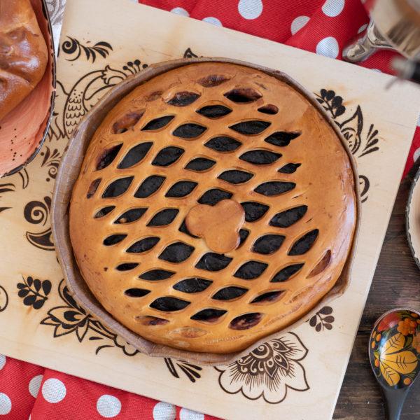 Круглый пирог с брусникой
