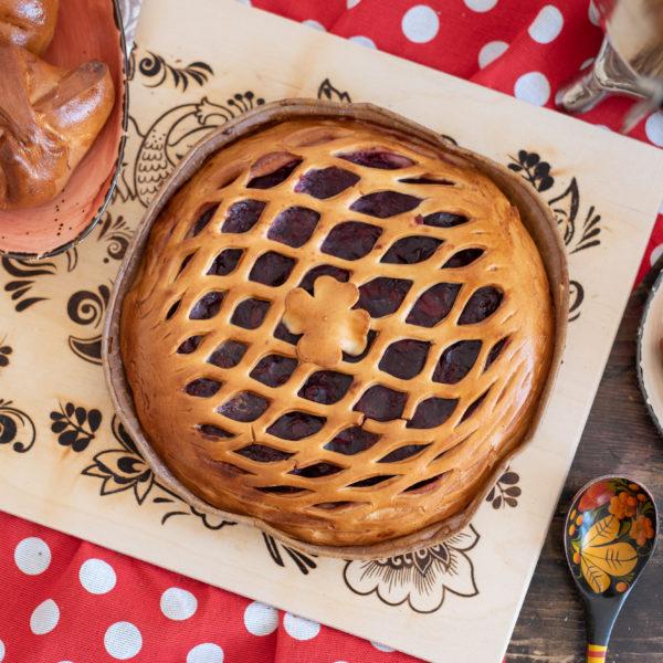 Круглый пирог с вишней
