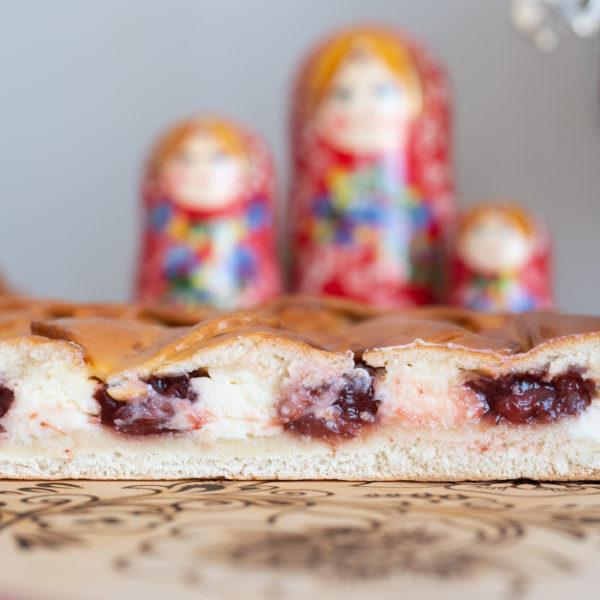 Пирог с клубникой и творогом